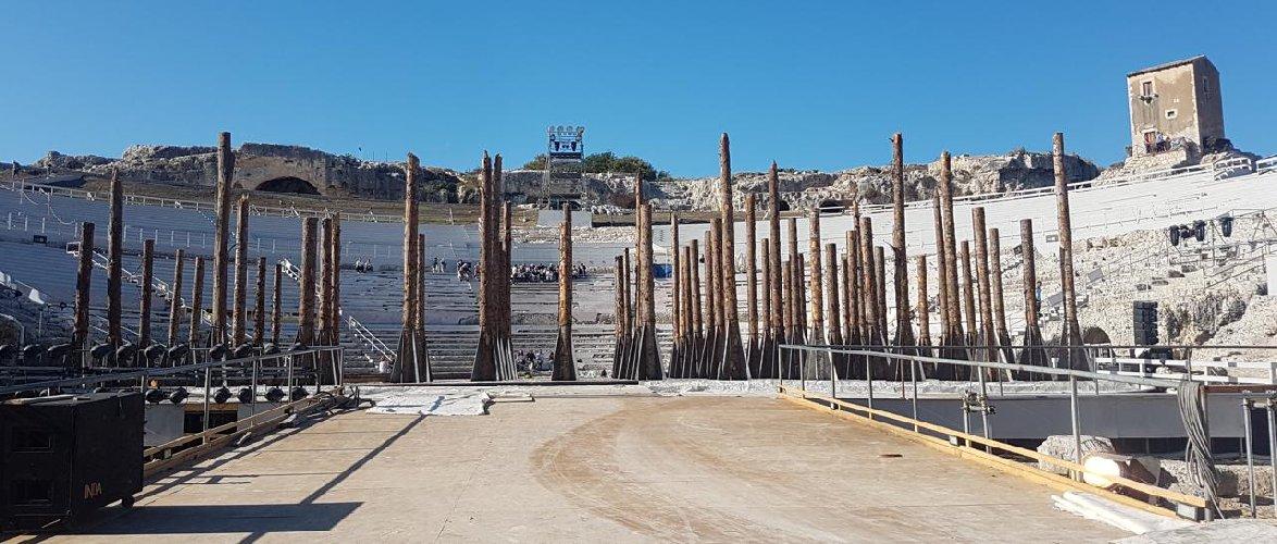 https://www.ragusanews.com//immagini_articoli/07-05-2019/tragedie-greche-alberi-friuli-e-acqua-che-suona-scnografia-500.jpg