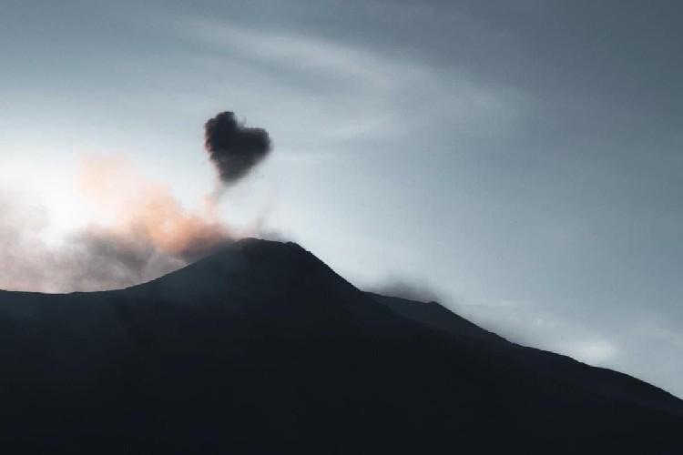 https://www.ragusanews.com//immagini_articoli/07-05-2020/l-etna-regala-una-nuvola-a-forma-di-cuore-500.jpg