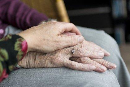 https://www.ragusanews.com//immagini_articoli/07-05-2021/covid-muore-una-anziana-un-mese-fa-era-deceduto-il-marito-280.jpg