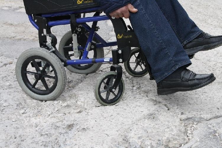 https://www.ragusanews.com//immagini_articoli/07-06-2014/a-treppiedi-la-sedia-a-rotelle-da-trekking-500.jpg