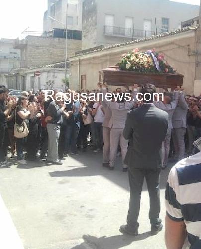 http://www.ragusanews.com//immagini_articoli/07-06-2014/celebrati-i-funerali-di-carmelo-albani-500.jpg