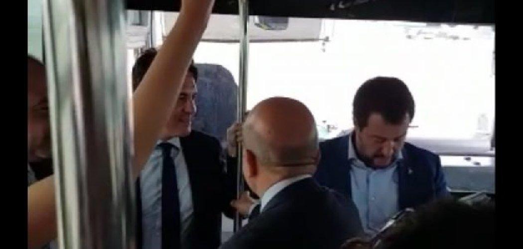 https://www.ragusanews.com//immagini_articoli/07-06-2018/ministro-matteo-salvini-volo-linea-accolto-bella-ciao-500.jpg