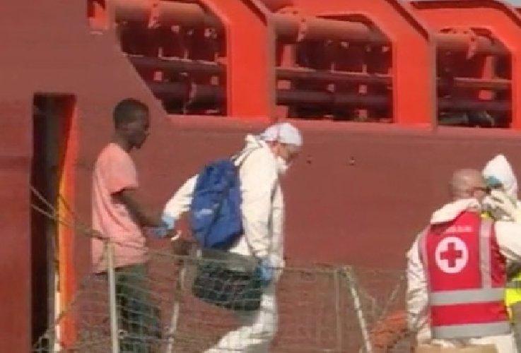 https://www.ragusanews.com//immagini_articoli/07-06-2019/62-migranti-sbarcati-a-pozzallo-salvini-sono-a-carico-cei-500.jpg