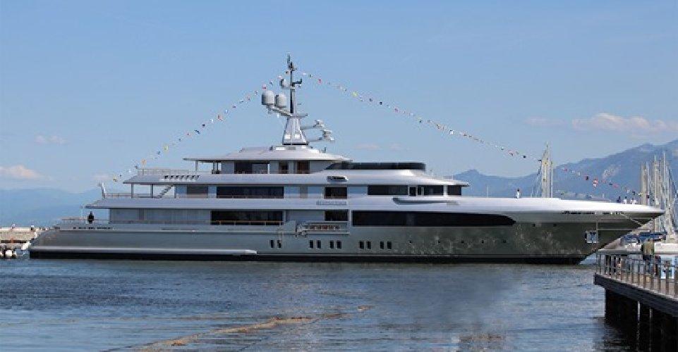 https://www.ragusanews.com//immagini_articoli/07-06-2019/il-yacht-di-dolce-gabbana-e-arrivato-eolie-500.jpg