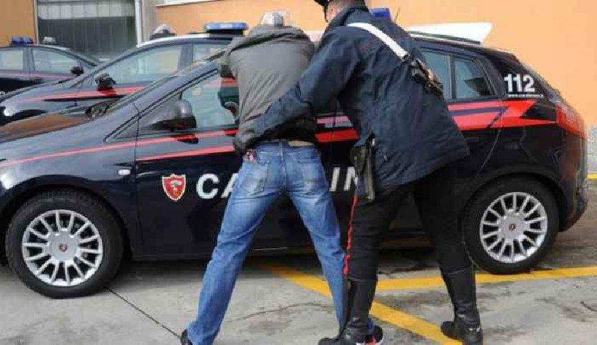 https://www.ragusanews.com//immagini_articoli/07-06-2019/prende-a-legnate-la-macchina-moglie-arrestato-500.jpg