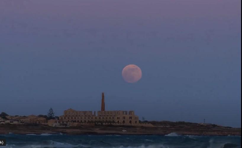 https://www.ragusanews.com//immagini_articoli/07-06-2020/strawberry-moon-sulla-fornace-di-sampieri-il-timelapse-500.jpg
