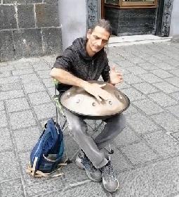 https://www.ragusanews.com//immagini_articoli/07-06-2021/catania-il-suonatore-di-disco-volante-video-280.jpg