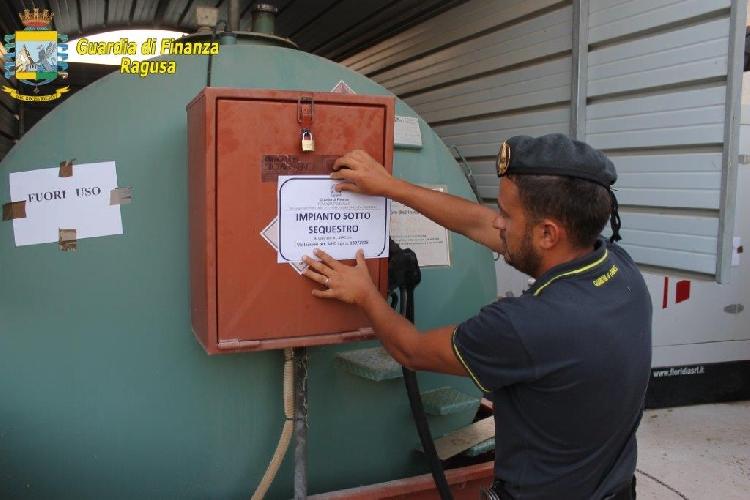 http://www.ragusanews.com//immagini_articoli/07-07-2015/sequestrato-impianto-illegale-di-carburante-500.jpg