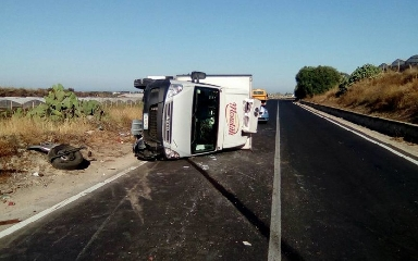 http://www.ragusanews.com//immagini_articoli/07-07-2017/camion-ribalta-vittoriagela-ferito-conducente-240.jpg