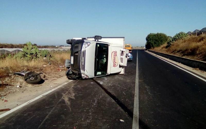 http://www.ragusanews.com//immagini_articoli/07-07-2017/camion-ribalta-vittoriagela-ferito-conducente-500.jpg