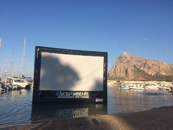https://www.ragusanews.com//immagini_articoli/07-07-2018/vito-capo-schermo-cinema-mezzo-mare-500.jpg
