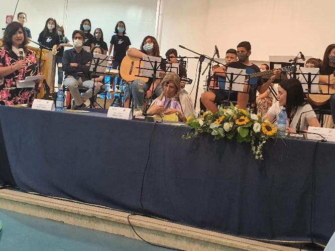 https://www.ragusanews.com//immagini_articoli/07-07-2020/azzolia-a-vittoria-nessuno-offenda-la-scuola-500.jpg