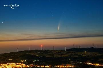 https://www.ragusanews.com//immagini_articoli/07-07-2020/la-cometa-c-2020-f3-neowise-sopra-monterosso-almo-240.jpg