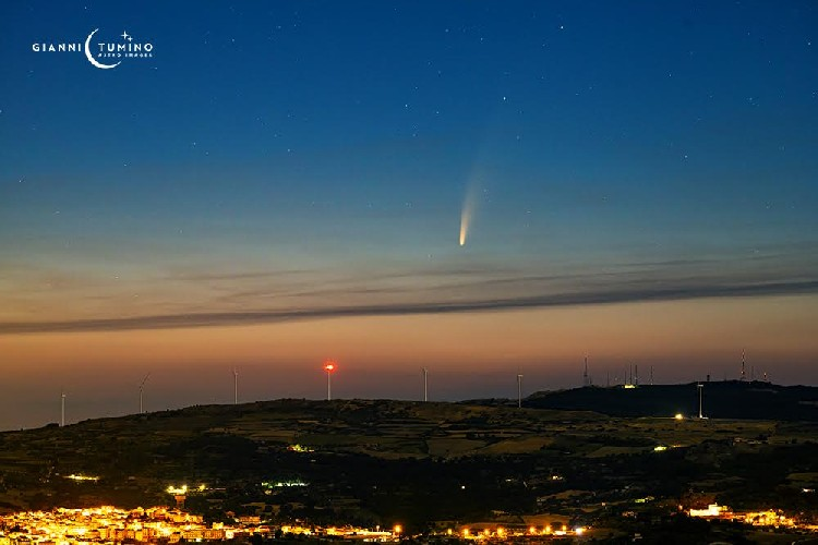 https://www.ragusanews.com//immagini_articoli/07-07-2020/la-cometa-c-2020-f3-neowise-sopra-monterosso-almo-500.jpg