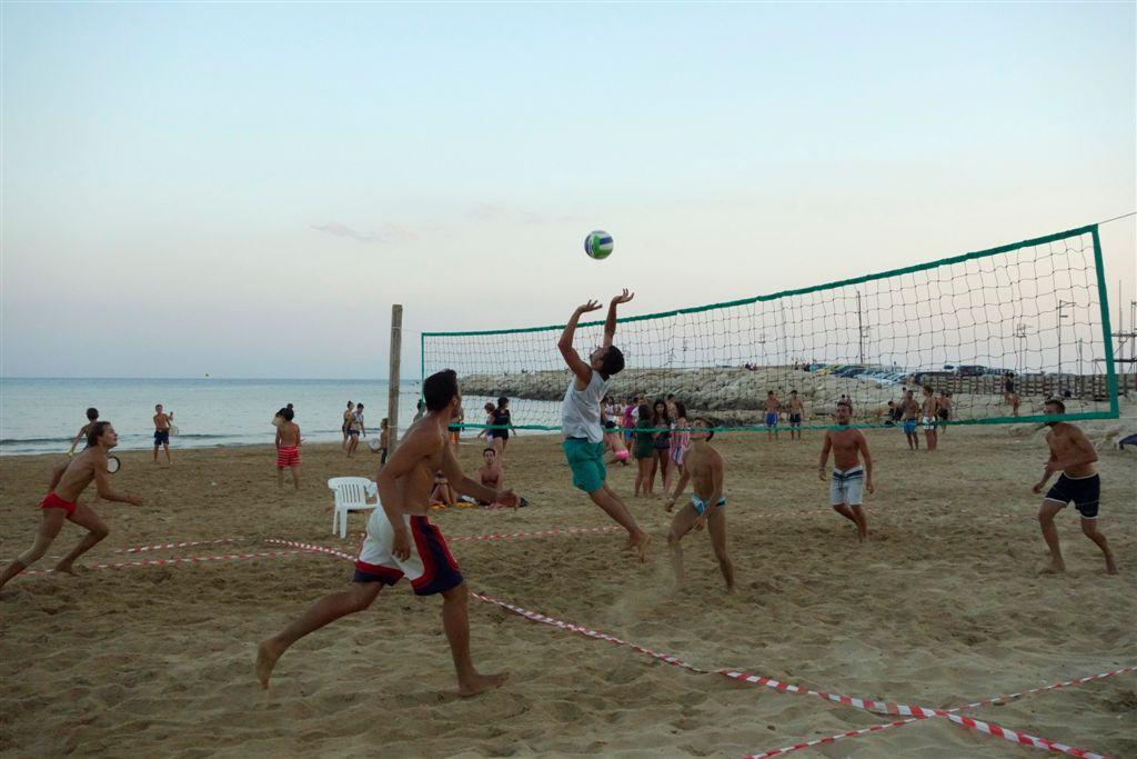 https://www.ragusanews.com//immagini_articoli/07-08-2014/1407428555-1-marina-di-ragusa-capitale-estiva-degli-sport-sulla-spiaggia.jpg