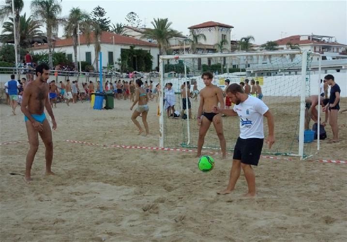 http://www.ragusanews.com//immagini_articoli/07-08-2014/marina-di-ragusa-capitale-estiva-degli-sport-sulla-spiaggia-500.jpg