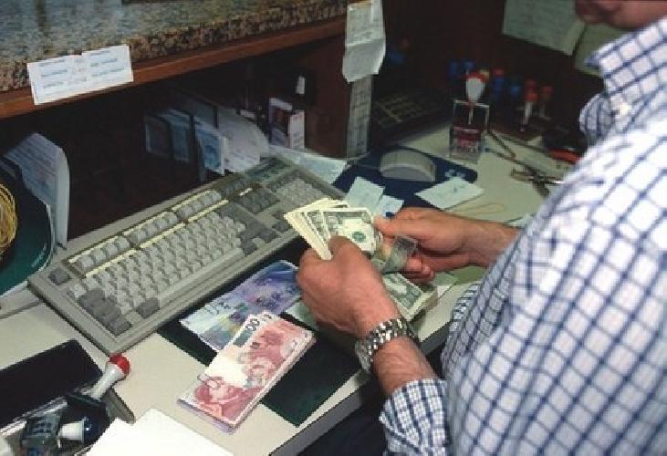 http://www.ragusanews.com//immagini_articoli/07-08-2015/arrestato-bancario-rubava-denaro-di-un-cliente-amico-500.jpg