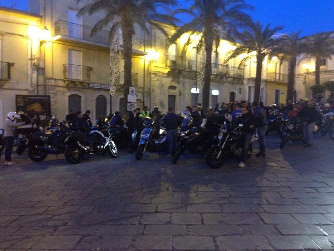 http://www.ragusanews.com//immagini_articoli/07-08-2016/motociclisti-di-notte-in-giro-per-la-sicilia-barocca-500.jpg