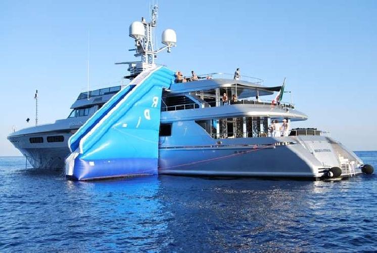 https://www.ragusanews.com//immagini_articoli/07-08-2016/regina-d-italia-lo-yacht-di-dolcegabbana-a--ortigia-500.jpg