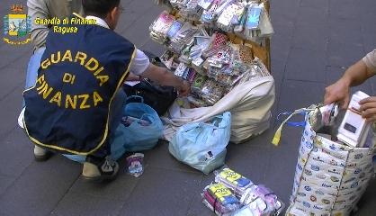 http://www.ragusanews.com//immagini_articoli/07-08-2017/sequestrati-gioielli-scarpe-borse-pure-tonnellate-frutta-240.jpg