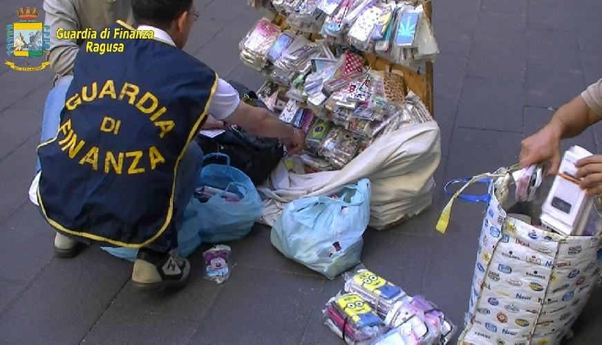 http://www.ragusanews.com//immagini_articoli/07-08-2017/sequestrati-gioielli-scarpe-borse-pure-tonnellate-frutta-500.jpg
