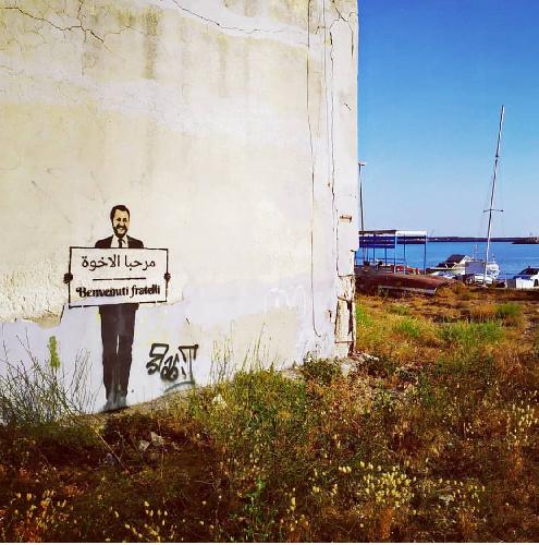https://www.ragusanews.com//immagini_articoli/07-08-2019/sicilia-matteo-salvini-da-benvenuto-ai-migranti-in-arabo-ma-e-street-art-500.png