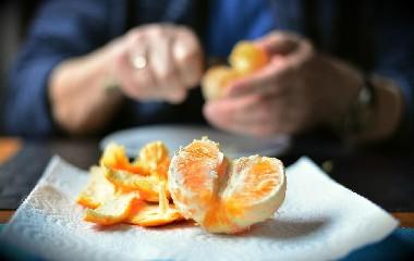 https://www.ragusanews.com//immagini_articoli/07-08-2020/buccia-della-frutta-fa-bene-mangiarla-240.jpg
