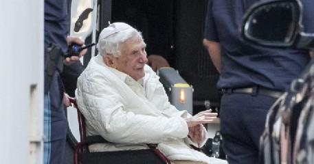 https://www.ragusanews.com//immagini_articoli/07-08-2020/papa-benedetto-ha-chiesto-di-essere-sepolto-nella-tomba-che-fu-di-woytjla-240.jpg