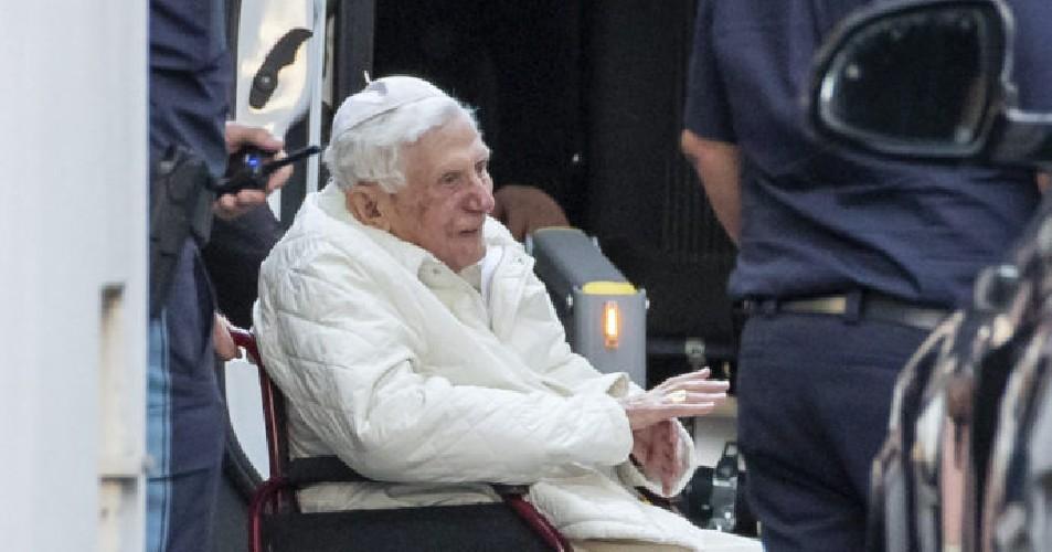 https://www.ragusanews.com//immagini_articoli/07-08-2020/papa-benedetto-ha-chiesto-di-essere-sepolto-nella-tomba-che-fu-di-woytjla-500.jpg