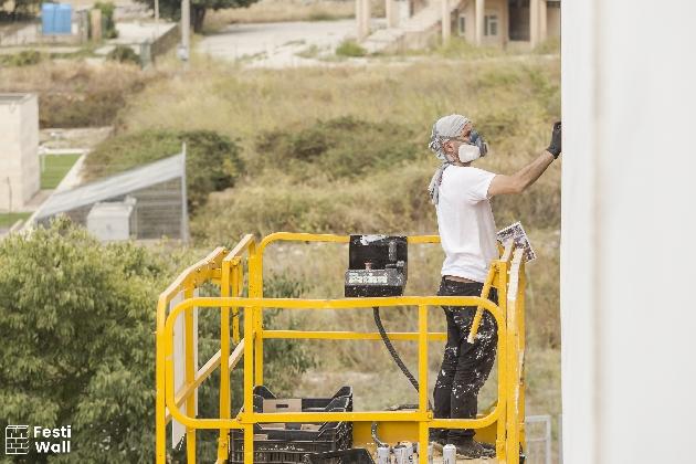 https://www.ragusanews.com//immagini_articoli/07-09-2016/festiwall-a-lavoro-agostino-iacurci-e-satone-420.jpg