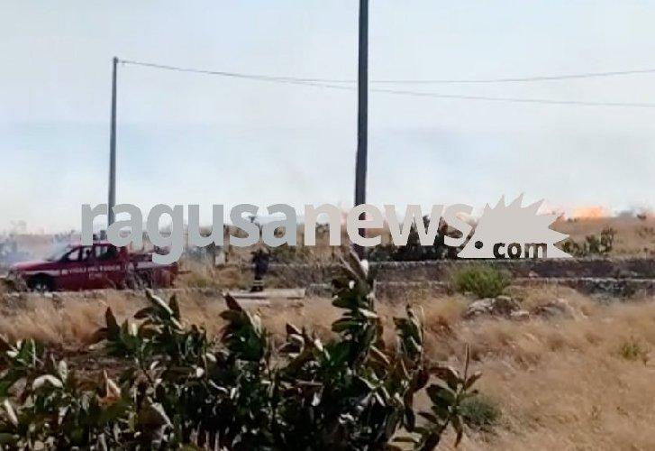https://www.ragusanews.com//immagini_articoli/07-09-2019/i-piromani-che-incendiano-costa-di-carro-500.jpg