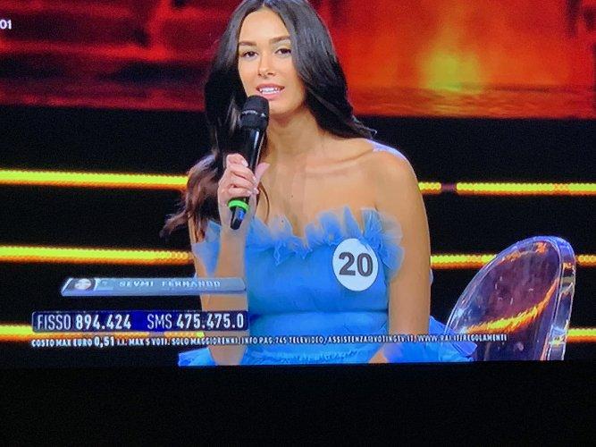 https://www.ragusanews.com//immagini_articoli/07-09-2019/miss-italia-la-siciliana-serena-petralia-e-seconda-500.jpg