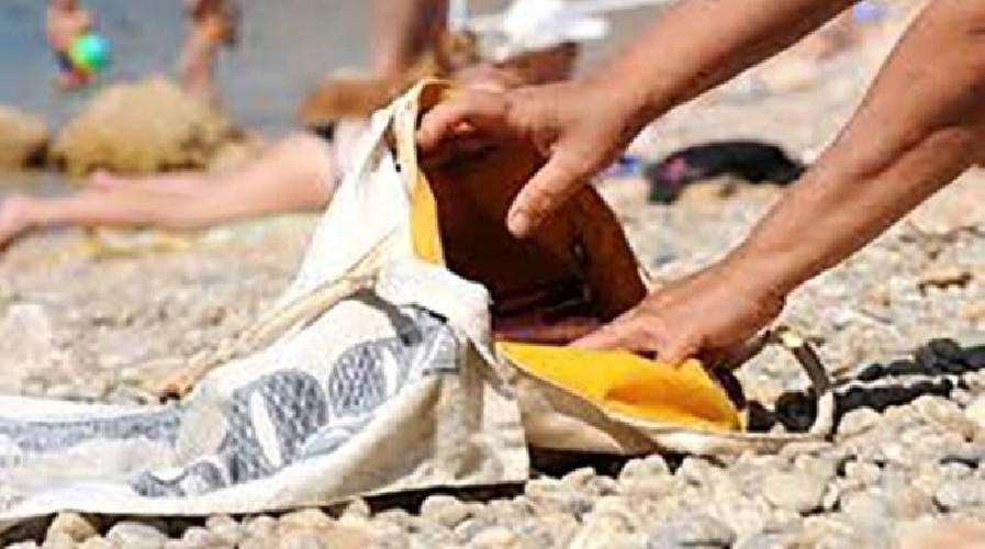 https://www.ragusanews.com//immagini_articoli/07-09-2020/clandestino-tenta-furto-in-spiaggia-arrestato-500.jpg