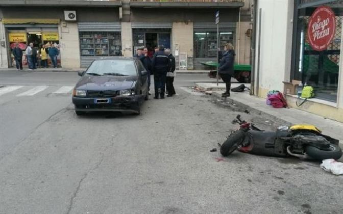 http://www.ragusanews.com//immagini_articoli/07-10-2016/incidente-in-via-nazionale-grave-scooterista-21enne-420.jpg