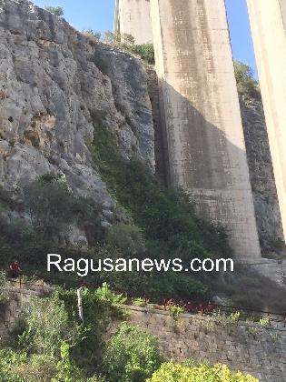http://www.ragusanews.com//immagini_articoli/07-10-2016/suicidio-dal-ponte-guerrieri-420.jpg