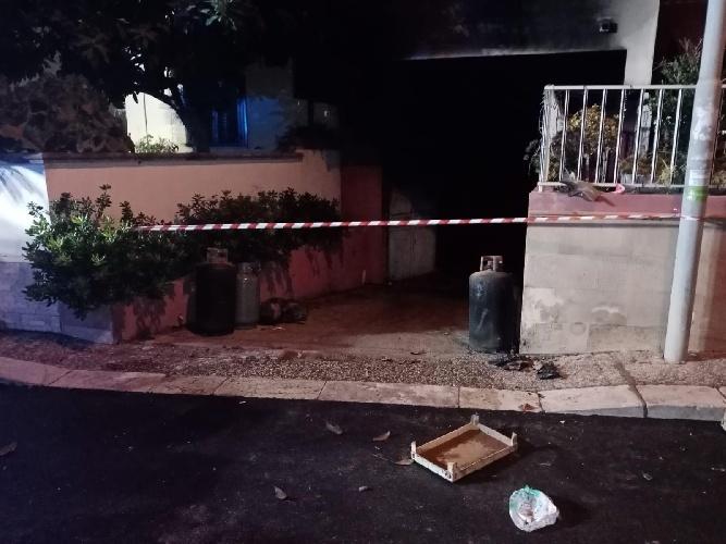 https://www.ragusanews.com//immagini_articoli/07-10-2021/1633597439-va-a-fuoco-una-casa-a-scoglitti-3-500.jpg