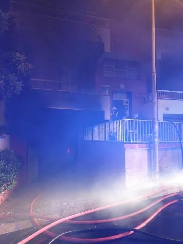 https://www.ragusanews.com//immagini_articoli/07-10-2021/1633597441-va-a-fuoco-una-casa-a-scoglitti-4-500.jpg