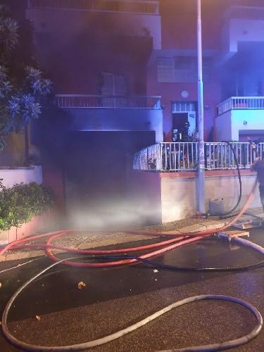 https://www.ragusanews.com//immagini_articoli/07-10-2021/va-a-fuoco-una-casa-a-scoglitti-500.jpg