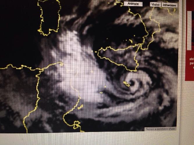 https://www.ragusanews.com//immagini_articoli/07-11-2014/ciclone-africano-la-foto-satellitare-delle-1815-500.jpg