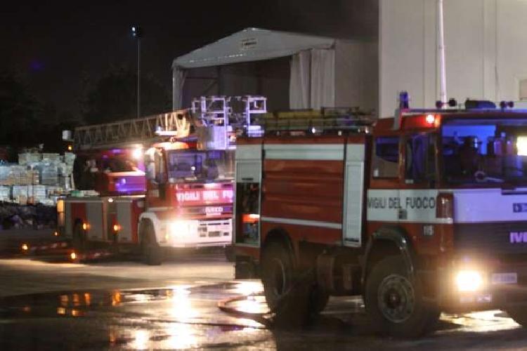 http://www.ragusanews.com//immagini_articoli/07-11-2015/incendiata-un-azienda-di-imballaggi-a-vittoria-500.jpg