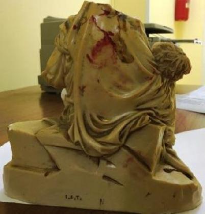 http://www.ragusanews.com//immagini_articoli/07-11-2016/colpi-di-statuetta-in-testa-a-ex-moglie-420.jpg