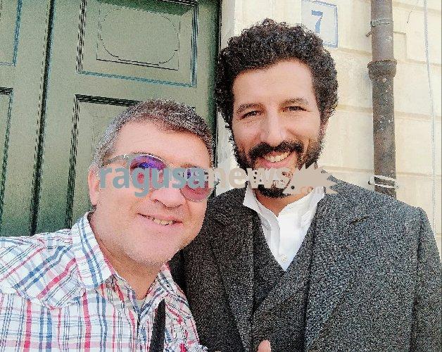 https://www.ragusanews.com//immagini_articoli/07-11-2018/francesco-scianna-felice-girare-scicli-500.jpg