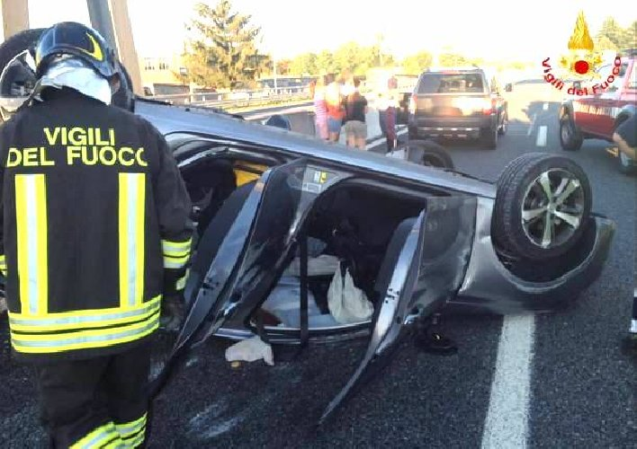 https://www.ragusanews.com//immagini_articoli/07-11-2019/auto-cappotta-quattro-feriti-palermo-catania-500.jpg