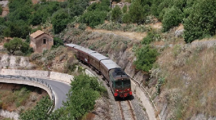 https://www.ragusanews.com//immagini_articoli/07-11-2019/va-a-ragusa-il-treno-storico-dei-formaggi-240.png