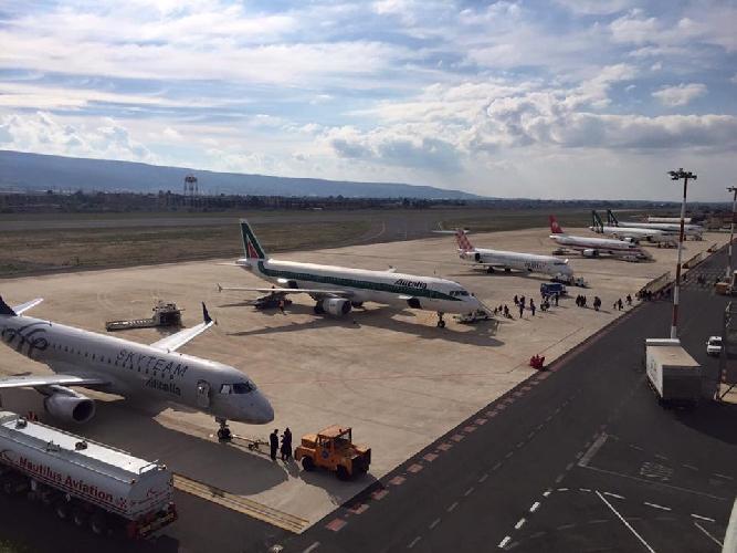 http://www.ragusanews.com//immagini_articoli/07-12-2015/l-etna-mette-alla-prova-l-aeroporto-di-comiso-500.jpg