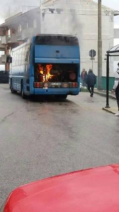 http://www.ragusanews.com//immagini_articoli/07-12-2016/chiaramonte-autobus-ast-prende-fuoco-video-420.jpg