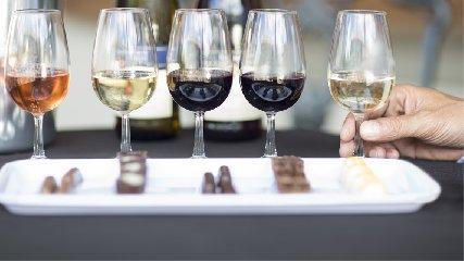 http://www.ragusanews.com//immagini_articoli/07-12-2017/chocomodica-degustazioni-vino-cioccolato-240.jpg