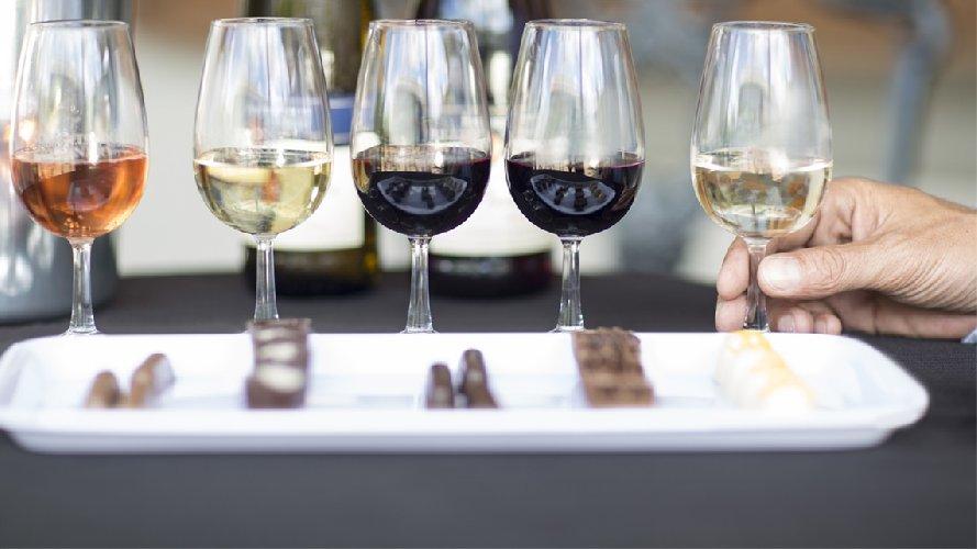 https://www.ragusanews.com//immagini_articoli/07-12-2017/chocomodica-degustazioni-vino-cioccolato-500.jpg