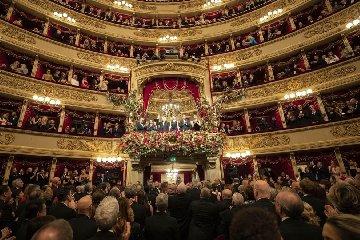 https://www.ragusanews.com//immagini_articoli/07-12-2019/1575759063-tosca-la-scala-tributa-4-minuti-di-applausi-per-mattarella-1-240.jpg