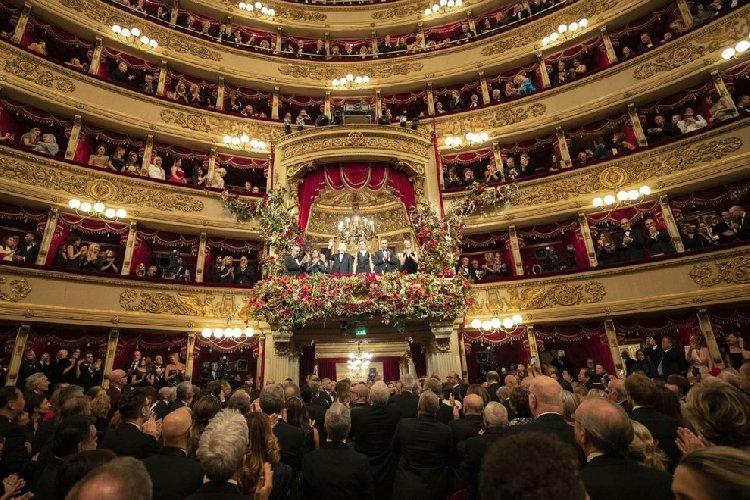 https://www.ragusanews.com//immagini_articoli/07-12-2019/1575759063-tosca-la-scala-tributa-4-minuti-di-applausi-per-mattarella-1-500.jpg